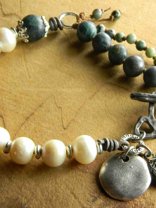 Casual pearl and matte apatite beaded bracelet design.